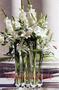 Altardeko aus Lilien und Gladiolen