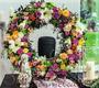 Blütenkranz komplett gesteckt, auch als Urnenkranz einsetzbar / SMITHERS-OASIS Company Floral Foam. All rights reserved.