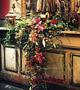 Altargesteck aus künstlichen Blumen