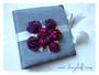 Fotoalbum zur Hochzeit mit Rosen aus Satin - Verarbeitete Farben: weiß, silber, violett, fuchsia. Personalisierter Druck im Inneren des Albums.