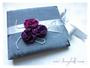 Gästebuch zur Hochzeit mit Satinrosen und Perlen - Verarbeitete Farben: weiß, silber, violett, fuchsia. Druck persönlicher Daten im Inneren.
