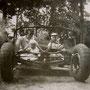 Günter und Paul mit Mama auf Probe des Fahrgestells