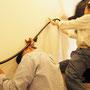 アールヌーボー手摺の取付は2人の呼吸とセンスが光ります