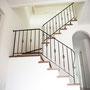 廻り階段に豪華なアイアンバスケット手摺
