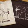 熊野のバームクーヘン屋さん「kumano no mori」様のスタッフTシャツです。 フロントは表向き、バックは後ろ向きのクマさんが可愛いです♪ 茶Tシャツはやさしいプリント具合が好評な抜染プリントです。