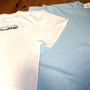 熊野ミュージックシーンの御大のぶちゃんから「のぶちゃんBAND」のTシャツオーダーを頂き出来あがったTシャツです。 左胸にはCMソングとしてもお馴染み「熊野が好き」をあしらっています。