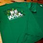 今年の熊野大花火のオフィシャルTシャツの新色が販売されています。 昨年に引き続き「彩色千輪」のデザインでグリーンが追加色となりました! 熊野市観光協会の通販ほか、熊野市駅前特産品館・いこらい広場・熊野倶楽部等でも販売しています。