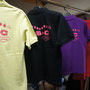 当店の従業員Hさんが所属されているバトミントンサークルEBCさんから新しいデザインとプリントのオーダーを受けたポロシャツです! カラー違いのボディに,統一したビビットピンクがよく映えます♪