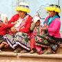 Indigenas beobachten das Markttreiben in Pisaq