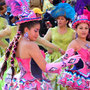 Fantasievolle Kostueme, kurze Roecke, ausgelassene Stimmung ... Gran Poder erinnert ein bisschen an Karneval in Rio ...