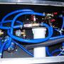 Die Wasserbox: Links die Druckpumpe, rechts die Filteranlage. Der graue Schlauch dient der Betankung des darunter liegenden Wassertanks