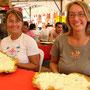 Gudrun und Liz mit einem Snack: Platanos mit Käse