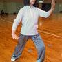 徳島市太極拳協会 真野さんです。少し緑がかったグレーが何ともオシャレな太極拳パンツでした♪写真で伝わったでしょうか…。