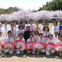 朝方雨もふり風も強く寒い日だったけど桜は満開、気持ちよく表演できました。