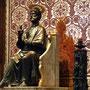 diese bronzene Petrusstate stammt aus der alten Kirche und entstand spätestens im 13.Jhdt, der rechte Fuß ist im Laufe der Zeit durch die Küsse der Gläubigen blank geschliffen worden