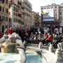 Piazza di Spagna, am Fuß der nach ihr benannten Spanischen Treppe ...
