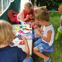 Begeistertes Basteln + Zeichnen im Kinderzelt