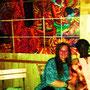 Ebou Fye Jassey + Frau vor einem seiner Gemälde