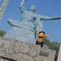 ジャイアンの平和祈念像。男子生徒の発案です。