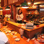 Kitchen Bar「遊楽」で活躍中の麻衣ちゃん。