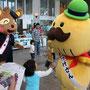貝塚市のマスコット「つげさん」と水間鉄道オリジナルキャラ「ぽん太」くんもライブ会場にやってきました。