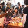 親子で参加。難しいけど楽しそうです! 写真撮影は山本ナオさん。子どもをテーマに撮影しているそうです。
