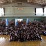 5月9日、母校の貝塚市立南小学校でライブ。全校児童760名。夢見さんはどこ?(池田夢見Facebookより転載)