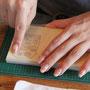 まずはトレース紙に鉛筆で絵を描いて、爪でコシコシ。。。