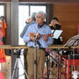 弘子先生のフラの指導は、克彦さんの生演奏で行われます。