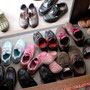 玄関には小さな靴、大きな靴がいっぱい。