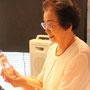 5名の語り部さんの一人、永野悦子さんに講演後、作品を贈りました。