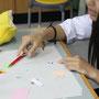 竹串を使っての細かな作業に生徒は集中します。