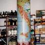 Säule in einem Weinladen als Wegweiser der Herkunft italienischer Weine