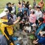 生きものを水槽に集め、栃木県立博物館の先生からの説明