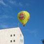 Heißluftballon fährt über BABO Hochhaus Baden-Baden