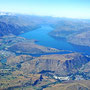 Blick beim Anflug auf Queenstown mit ausgedehntem Lake Wakapitu
