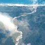 Flug über Südinsel Neuseeland mit Blick auf die Süd-Alpen und Flußlauf in die Tasmansee