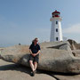 Vor dem Leuchtturm von Peggy's Cove in Nova Scotia.