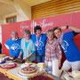 Diese Gruppe helfe Kuchen verkauft