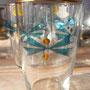 クリスマス模様?のグラス。リボンにも見えるし、葉っぱと実にも見えるし。。。