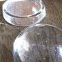 謎のガラスの丸。魚の目か?