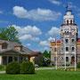 Schloss Segewold - Sigulda, Livland, Lettland (2016), links das alte Holzherrenhaus