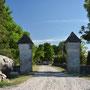 Hoheneichen auf Oesel - Pilguse auf Saaremaa, Livland - Estland (2018), Zugangstor mit Gedenkstein für den Seefahrer Billingshausen