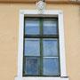 Wattel - Vatla, Estland (2018), Fein verzierte Fenster an der Frontseite