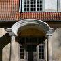 Herrenhaus Ollustfer - Olustvere, Livland, Estland (2016), Eingangstür zu einem Nebengebäude