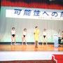 渡辺知子さん演奏、シオナーズのダンスをバックに歌う司会のジャズシンガー裕木利奈さん