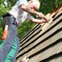 Franz Josef zeigt die Kunst des Dachdeckers
