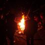 夜はキャンプファイヤーで、燃える木の温かさを体感する