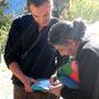 Jérémy André membre du CA de STOP OGM Pacifique remet l'enbleme kanak à Vandana Shiva