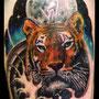 タトゥー 虎 カラー 月 腕